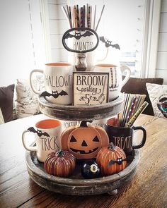 Try these exciting Halloween home decor ideas to bring in the creepy & spooky effect in your home for Halloween. These are all DIY Halloween Decor ideas. Halloween Chic, Casa Halloween, Spooky Halloween Decorations, Theme Halloween, Halloween Home Decor, Holidays Halloween, Halloween Treats, Happy Halloween, Creepy Halloween