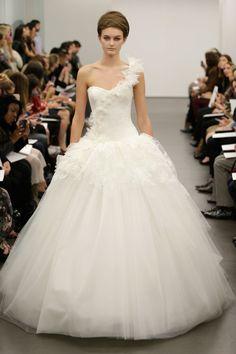 Vera Wang – Bridal Fall 2013    TAGS:Floor-length, Meringue, Train, White, Vera Wang, Satin, Silk, Twill,