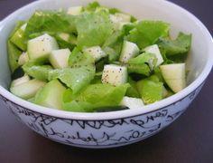 4 folhas de alface lisa 60 g de pepino 1/2 maçã-verde Suco de 1/2 limão tahiti 1 colher (sopa) de azeite Sal e pimenta-do-reino a gosto...