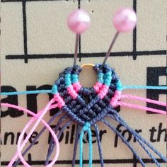 Bohemian earrings macramé Pompons and beads Micro Macramé, Macrame Jewelry, Macrame Bracelets, Perle And Co, Crochet Necklace, Beaded Necklace, Necklaces, Macrame Projects, Earring Tutorial