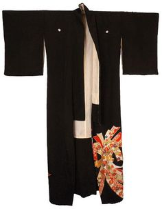 This is a lovely kimono that I believe dates to the pre-war Showa period (1926-1939), although it is possible that it is post-war. The kimono is known as a trailing Kuro Tomesode or a Hikizuri, a kimo