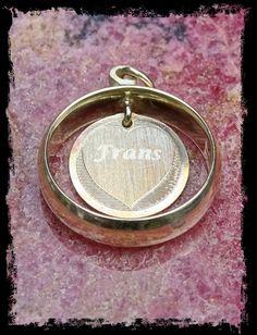Gouden trouwring met medaillon ter herinnering aan overleden partner.
