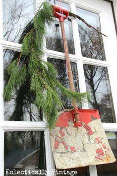 Vintage Shovel Christmas Wreath - what a fun way to greet friends #Christmas #Wreath