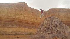 סערה חורפית בלב מכתש רמון. הכול צבוע בצבעים עזים, החושים מתחדדים. ניתן להרגיש את עוצמת הטבע דרך הגוף כול מה שנשאר הוא לפרוס ידיים לרוץ פרא ולרחף בעוצמה וברכות על הסלעים. #runwild #enjoydifferent #livefree #boulderrunning #naturalmovement #outdoortrainning #isratrailadventure #smallstepsbigdreams