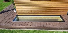 loop veilig over het glas terwijl je daglicht in de kelder binnen krijgt. Outdoor Furniture, Outdoor Decor, Outdoor Storage, Garage, Deck, Interior Design, Home Decor, Carport Garage, Nest Design