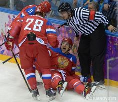 Ovi scores first for RU...and Sasha is there to congratulate him~!