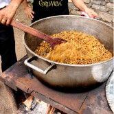 Macarrão de comitiva: feito com espaguete quebrado e frito na banha, acompanhado de cebola, alho e carne seca. Prato tradicional das comitivas que tocam gado pelo Pantanal por ser fácil de fazer e altamente nutritivo