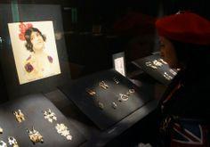 """""""Vestir las joyas: Modas y modelos"""" es la #exposición que organiza el@MuseodelTrajepara rendir homenaje a las joyas, una de las señas de identidad más destacadas del Museo. La muestra se puede visitar hasta el 30 de enero de 2014 e invita a realizar un amplio recorrido por el #arte de la #joyeríaa través de 275 piezas de los siglos VIII al XX que, por primera vez expuestas al público, forman parte la riquísima y desconocida colección de #joyería del Museo del…"""