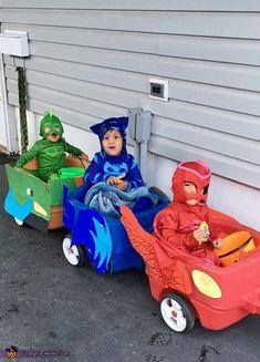 The pj mask gang cruising in their cars! Diy Ninja Costume, Pj Masks Costume, Mom Costumes, Super Hero Costumes, Halloween Coatumes, Baby Girl Halloween, Halloween Costume Contest, Family Halloween Costumes, Costume Birthday Parties