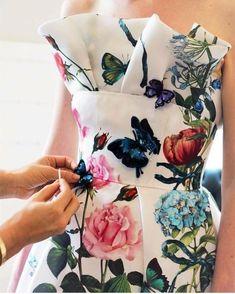Fashion runway inspiration haute couture for 2019 Monique Lhuillier, Moda Floral, Couture Details, Fashion Details, Fashion Design, Fashion Trends, Beautiful Gowns, Beautiful Outfits, Floral Fashion