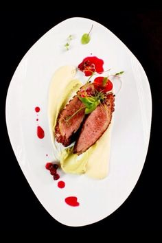 Duck with mash potato and cranberry - The ChefsTalk Project Food Design, Gourmet Recipes, Cooking Recipes, Table D Hote, Food Porn, Molecular Gastronomy, Teller, Restaurant Recipes, Creative Food