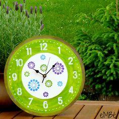 """Hodiny... Do zelena laděné... Představuji vám Do zelena laděné... hodiny. Velké, výrazné a nepřehlédnutelné nástěnné hodiny. """"Velké jako kolo od vozu,"""" chtělo by se říci. ;-) Hodiny jsou laděny v kombinaci bílé, žlutozelené, fialové a modré barvy. Během výroby byly ručně malovány, broušeny, potištěny a patinovány.Celé hodiny jsou lakovány nezávadným ..."""