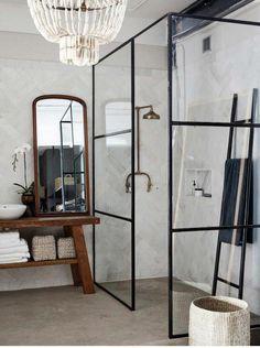 Pink Bathroom: Designs & Decoration Photos - Home Fashion Trend Mobile Home Bathrooms, Bathroom Chandelier, Deco Addict, Toilet Design, Shower Screen, Decorating Small Spaces, Beautiful Bathrooms, Elle Decor, Bathroom Inspiration