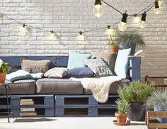 Niet gezegend met een grote tuin maar heb je wel een buitenruimte waar het heerlijk toeven is? Bekijk dan deze handige tips om op een minimale oppervlakte toch ruimte te creëren.  1. Uitklapbare tafel