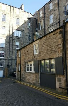 The surrounding terraces completely loom over this small Mews house in Edinburgh's New Town.