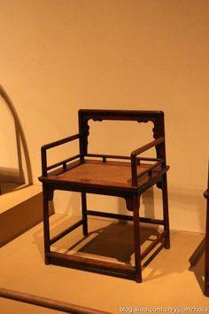 明末清初黄花梨玫瑰椅 玫瑰椅在南方称为文椅,是明代扶手椅中常见的形式。其特点是靠背、扶手和椅面垂直相交,尺寸不大,用材较细,故予人一种轻便灵巧的感觉。宋代直搭脑扶手椅中有一种基本可纳入玫瑰椅范畴,但又与明清玫瑰椅在形制上有所不同的椅子,其特点是靠背高度低矮,多数与扶手齐平。