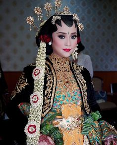 Solo Putri Wedding Make Up by Sanggar Liza. One of Indonesia Traditional Wedding from Solo, Central Java. This one is wearing Ksatrian Kebaya. Or it can wears with Basahan or Dodotan in Sundanese.