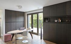 Werkplek, home office, ruimtelijk, grote ramen, donkere kleuren, maatwerk kasten, houten vloer, symmetrische villa, Marco van Veldhuizen