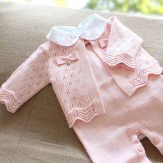 Saída de maternidade rosa com gola trabalhada Pink maternity skirt with worked collar BabyKnittingPatterns # KnittedBabyCardigan # KnitBabyDress # KnittedBabyClothes # BabyPrincess # KnittingForKids # BabySweaters # Layette Baby Knitting Patterns, Knitting For Kids, Baby Patterns, Baby Cardigan, Baby Pullover, Baby Outfits, Kids Outfits, Maternity Skirt, Knitted Baby Clothes