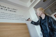 Huone 1809: popin lähettiläät Suomalaisesta popmusiikista huokuu kaipuu ja nostalgia. Suomalaiset ovat musiikissa kaivanneet jonnekin kauas – ja Viroon. Huone 1809 on omistettu kahdelle suomalaisyhtyeelle, joiden tuotantoon ja tarinaan liittyy Viro: Neljälle Ruusulle ja Miljoonasateelle. Kuvassa Neljän Ruusun Ilkka Alanko. #eckeröline #tallinna #originalsokoshotelviru