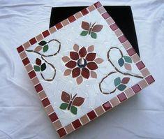 Caixa de MDF trabalhada em mosaico com flores. #falsoacabado Mosaic Crafts, Mosaic Projects, Mosaic Art, Mosaic Glass, Mosaic Tiles, Mosaic Stepping Stones, Mosaic Supplies, Mosaic Flowers, Mosaic Garden