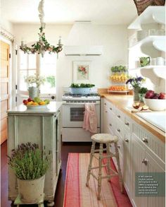Cozy And Charming Cottage Kitchen Design Ideas with Small Kitchen Island Small Cottage Kitchen, Cottage Kitchens, New Kitchen, Vintage Kitchen, Home Kitchens, Kitchen Dining, Kitchen Island, Cozy Kitchen, Kitchen Cabinets