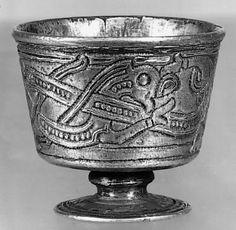 Jellingstil | Gyldendal - Den Store Danske Jellingstilen opstod sandsynligvis kort før 900 og blomstrede til lidt ind i anden halvdel af 900-t. Den har navn efter det lille sølvbæger fra gravhøjen i Jelling.