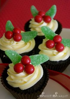 Christmas holly cupcakes. Cute! #christmashollycupcakes #christmascupcakes