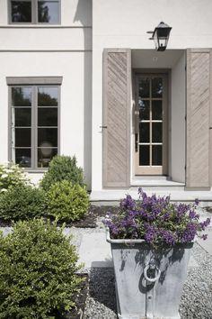 Modern Shutters, Window Shutters Exterior, Outdoor Shutters, House Shutters, House Paint Exterior, Exterior Color Palette, Exterior Colors, Exterior Design, Beach Cottages