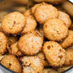 Årets første sort! SERINAKAKER: Nydelige julekaker toppet med mandler og perlesukker. Å veganisere tørr julebakst er enklere enn en skulle...