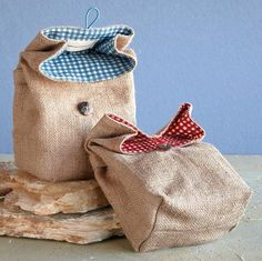 sac toile de jute- lunch bag with laminated cotton inside. Burlap Crafts, Fabric Crafts, Sewing Crafts, Sewing Projects, Burlap Projects, Sac Lunch, Diy Sac, Jute Bags, Burlap Bags