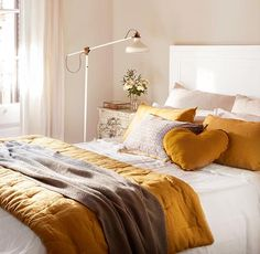 Detalle de cama con cojines y ropa de cama en tonos mostaza y gris. Una cama luminosa en mostaza y gris. Bedroom Colors, Home Decor Bedroom, Deco Design, Decoration Table, White Decor, New Room, House Rooms, Interior Design, White Bedroom