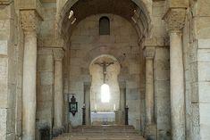 Iglesia de San Pedro de la Nave. El Campillo (Zamora), siglo VII. Posee un sólo ábside cuadrangular y estancia separadas por arcos de herradura visigodos, adosados a los pilares.