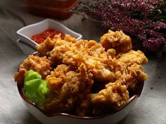 Chrupiące kawałki kurczaka które smakują za równo na ciepło jak i na zimno.Najlepiej podać je w towarzystwie ulubionego sosu na