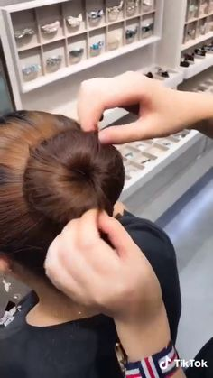 Diy fast ballet bun – Tutorial Per Capelli Classy Hairstyles, Easy Hairstyles For Long Hair, Braided Hairstyles, Hairstyle Ideas, Fast Hairstyles, Hairstyles 2018, Natural Hairstyles, Two Buns Hairstyle, Donut Bun Hairstyles