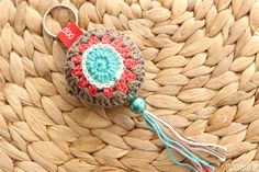stitchydoo: Gehäkelter Schlüsselanhänger mit Perle und Quaste / crochet key chain ornament