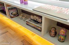 Uma fita de led (Reka) com 3,80 m foi colocada sob a estante suspensa do estar. O mesmo recurso aparece nos armários do banheiro e da cozinha.