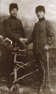 ÇANAKKALE'DE savaşan iki kardeş;Çanakkale'de Kumkale Muharebelerinde savaşan 39. Alay, 3. Tabur, 10. Bölük zabitlerinden Teğmen Ahmet Halit Bey (soldaki), kendisi Kumkale'de düşmana karşı mücadele ederken kardeşi Zabit Namzeti Muallim Ethem Bey de 57. Alay askeri olarak cephede savaşmaktaydı…