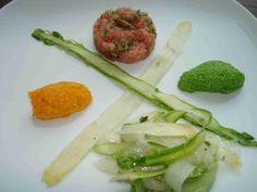 Kalbstatar, roher Spargelsalat, Bärlauch- und Karottenmousse