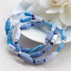 Bracelet in paper beads by Marie Claire Idées Paper Bead Jewelry, Beaded Jewelry Designs, Fabric Jewelry, Paper Beads, Jewelry Crafts, Modern Jewelry, Custom Jewelry, Handmade Jewelry, Marie Claire