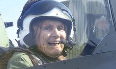 Pilota da 2ª Guerra Mundial de 92 anos voa em seu antigo avião após 70 anos