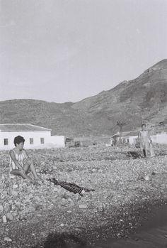 Ya supongo que no la reconocerán pero La Azohía era así en los años 60 y, salvo el Cuartel de la Guardia Civil (recientemente demolido), nada había allí. La playa era de piedras y la abundantísima ...