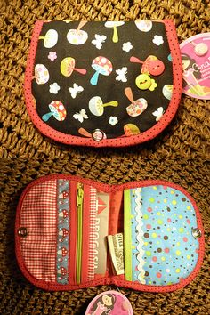 Mini Carteira Cogumelos. Patchwork Bags, Quilted Bag, Cute Sewing Projects, Sewing Crafts, Fabric Cards, Fabric Wallet, Wallet Tutorial, Diy Handbag, Diy Couture