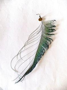 unique boucle oreille longue plume de paon sabre aux reflets irisés plumes naturelle sequin doré laiton : Boucles d'oreille par clouds-are-yellow
