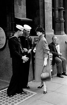 """ 1955, London, Mate with sailors "" © Frank Horvat"