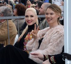 Singer Gwen Stefani and model Behati Prinsloo (R), wife of recording artist Adam Levine, attend an unveiling ceremony honoring Levine with the 2,061st star on the Hollywood Walk of Fame in Los(1000×902)
