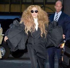 - LADY GAGA -  Nacida como Stefani Joanne Angelina Germanotta, Lady Gaga es millonaria desde todos los aspectos. No sólo posee abultadas cuentas bancarias sino también más de 38 millones de seguidores en su perfil de Twitter. Hizo de la extravagancia su propia marca al transformar su aspecto de chica corriente en un derroche de vanguardia. Llegó a usar vestidos realizados con filetes de carne roja y zapatos con tacones en forma de pene.