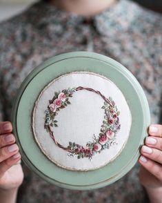 Вечер добрый, друзья! . . . #вышивка #embroidery #embroideryart #венок #ручнаяработа #цветы #embroideryartist #рукоделие #xstitch…