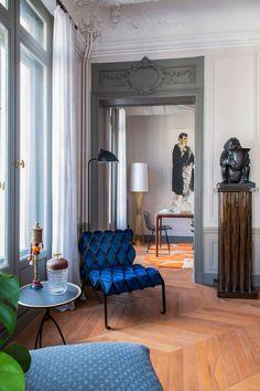 В Париже почти каждая квартира — это про искусство, творчество, историю, но нередко также и про яркие краски. Всё это есть в замечательных апартаментах рядом со знаменитой Оперой Гарнье — в основу их обновлённых интерьеров легла роскошная художественная лепнина на потолках и великолепные классические дверные рами. Наполняя пространства мебелью, дизайнер решил действовать смело — мягкая... French Interior, Classic Interior, Bertoia, Classic Doors, Interior Architecture, Interior Design, Charming House, Provence Style, Parisian Apartment
