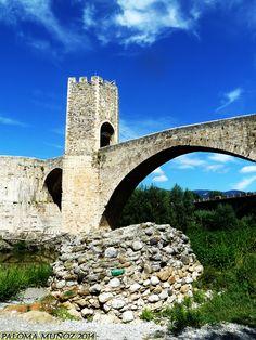 Pueblo medieval de Besalú en la provincia de Girona, Cataluña.  Medieval village Besalú, province of Girona, Catalonia.